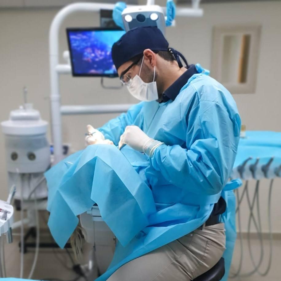 Dentista biológico em atendimento.
